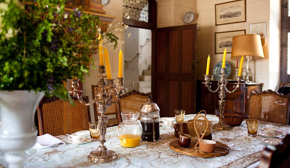 Petit déjeuner dans la salle à manger du château