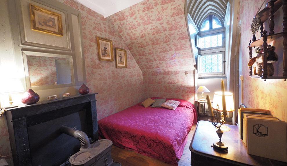 Chambre d'hôte, suite La Saussaye, chambre boudoir au tissus toile de Jouy. Vue sur le parc.